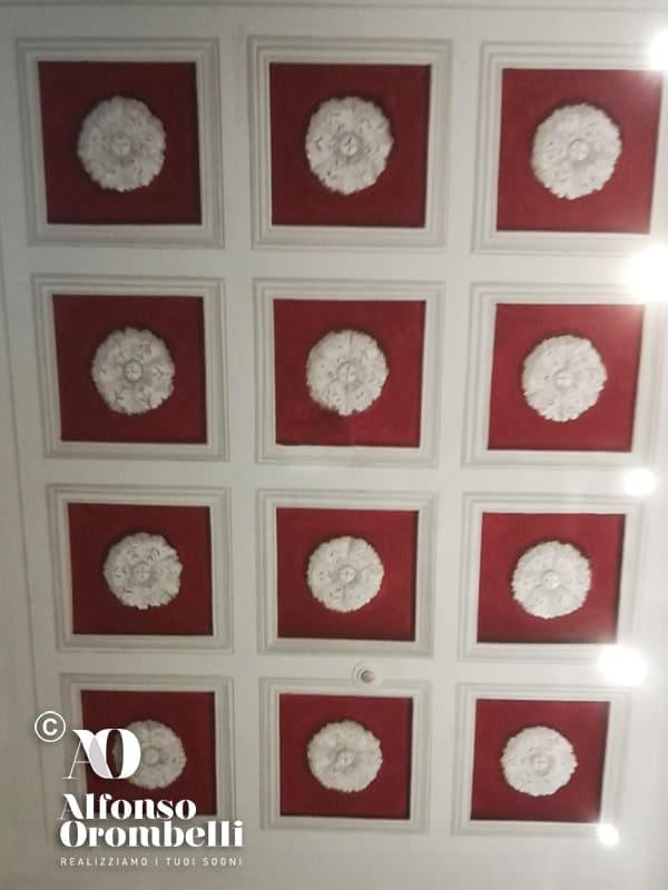 Alta decorazione grisaille rossa