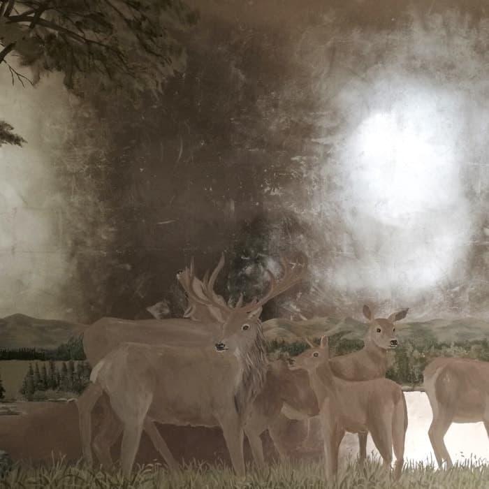 Alta decorazione murale: cervi e foresta su foglia d'argento