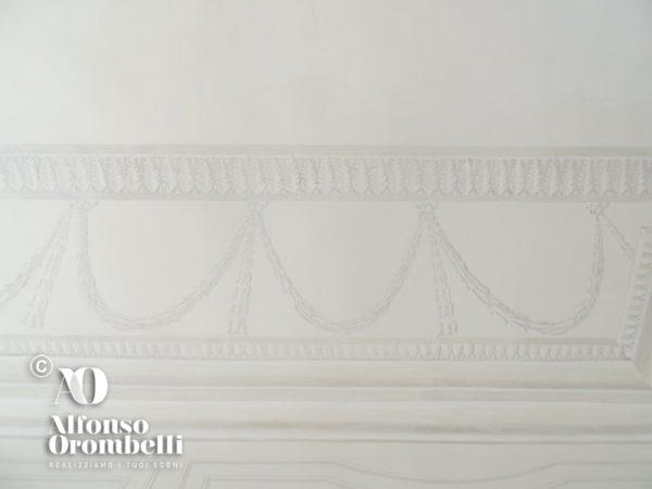 Alta decorazione murale stile impero in bianco