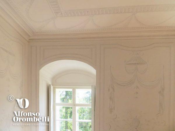 Alta decorazione stile-impero bianco