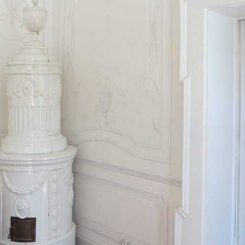 Decorazione murale, stile impero bianco